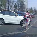 cycliste-grille-feu-rouge-percute-voiture