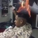 coiffeur-enflamme-cheveux-client