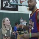 Une journaliste avec un regard amoureux envers un grand basketteur
