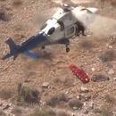 miniature pour Une civière tourne pendant le transport par hélicoptère