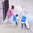deux-enfants-prise-catch-mere