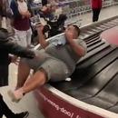 homme-obese-tapis-roulant-valises