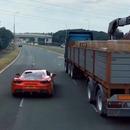 Une Ferrari sème une voiture de police