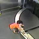 enfant-2-ans-tapis-roulant-bagages-aeroport