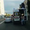 homme-saute-ambulance-roule