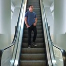 homme-coince-chaussures-escalator