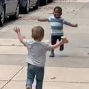 2-jeunes-enfants-reconnaitre-rue
