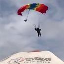 homme-parachute-atterrit-foule