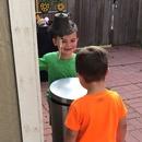 deux-enfants-frapper-tete-poubelle