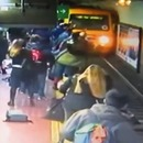 homme-evanouit-tomber-femme-rails-metro