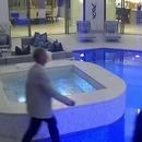homme-marche-tombe-piscine