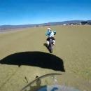 parachutiste-atterrit-arriere-moto