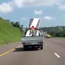 homme-envol-chargement-camion