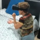 Mamie teste un casque de réalité virtuelle