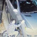 Il se coince les doigts sous le capot de sa voiture