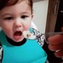 bebe-cuillere-nourriture-retirer