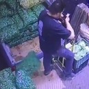 homme-renverser-sac-legumes