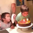 papa-empeche-fils-souffler-bougies-assiette
