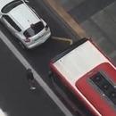 Un bus pousse une voiture garée sur sa voie