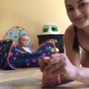 Maman teste l'ouie de son bébé avec un paquet de friandises