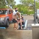 femme-accouche-debout-parking-clinique