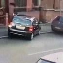 femme-demolit-voitures-garer-large
