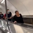homme-sourire-croise-metro