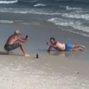 homme-imite-fille-pose-instagram-plage