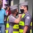 Un policier pointe son arme sur son collègue pour un retard