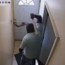 Il casse la main d'un cambrioleur à travers la porte