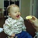 bebe-mange-citron