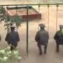 police-russe-action-sur-une-balancoire