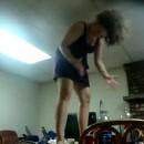 femme-danse-sur-une-table-verre