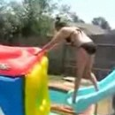 fille-salto-arriere-piscine
