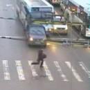 homme-evite-bus-sur-passage-pieton