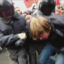 policiers-russes-enfermer-manifestant