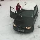 fille-cogne-voiture-neige