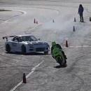 course-drift-moto-voiture