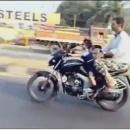 miniature pour Fille de 4 ans conduit son père à Moto