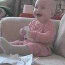 bebe-rigole-papier-dechire