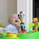 miniature pour Maman fait peur à son bébé en se mouchant