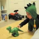 miniature pour Un bébé qui a peur d'un jouet dinosaure