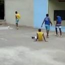 miniature pour Tomber du toit en jouant au foot