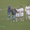miniature pour Roberto Carlos signe un autographe en plein match