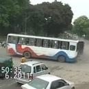 petite-voiture-evite-accident-bus