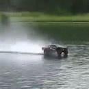 voiture-radiocommandee-roule-eau
