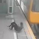 miniature pour Un jeune qui manque de se faire écraser par un train