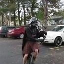 miniature pour Dark Vador joue la Marche Impériale avec une cornemuse sur un monocycle