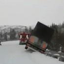 camion-tomber-remorque-falaise