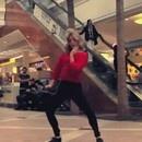 danser-personne-regarder-centre-commercial